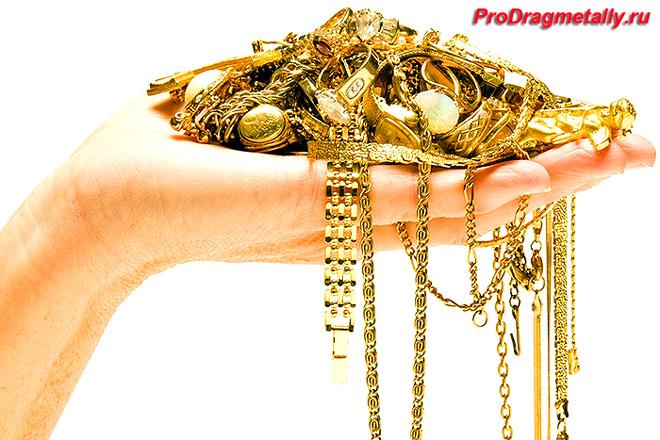 Изделия из золота в руке