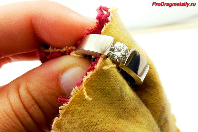 Протирание кольца мягкой тканью