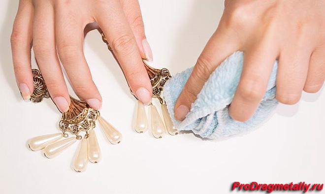 Протирание жемчуга мягкой тканью