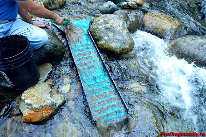 Лоток для промывки золота в реке