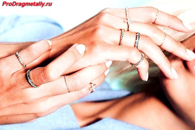 Золотые кольца на руках