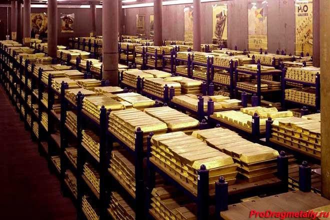 Бруски золота в хранилище