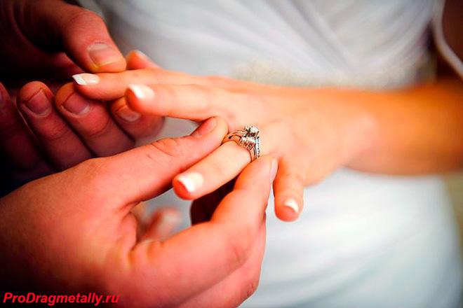 Обручальное кольцо на пальце невесты
