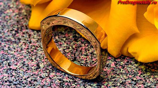 Золотой перстень необычной формы