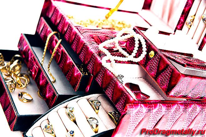 Ювелирные украшения в шкатулке